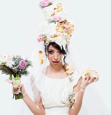 sposa arrabbiata con torta nuziale in testa concetto matrimonio rovinato