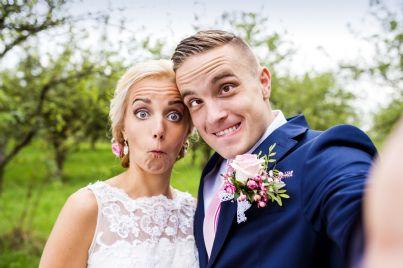 sposi fanno foto divertente nel giorno del matrimonio
