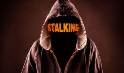 uomo incappucciato concetto di stalking