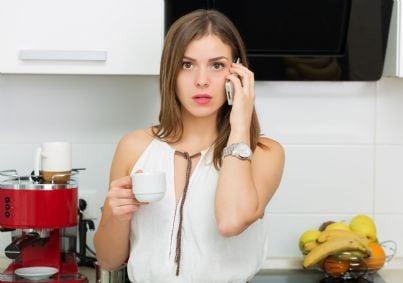 donna che riceve al telefono minacce di stalking