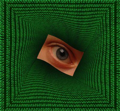 occhio dentro un computer concetto di stalking