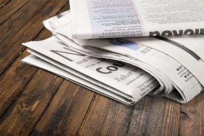 giornali freschi di stampa su un tavolo