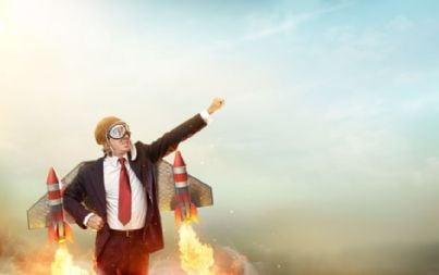 uomo vestito come un razzo che vola verso il successo