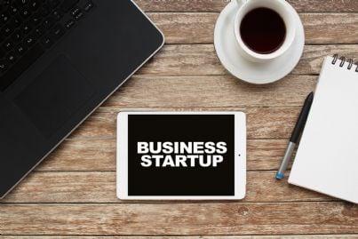 parola startup scritta su una lavagna su un tavolo