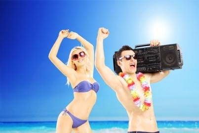 coppia che ascolta musica in spiaggia