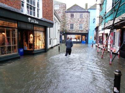 strada cittadina allagata dalla pioggia