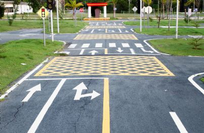strada con vari segnali stradali