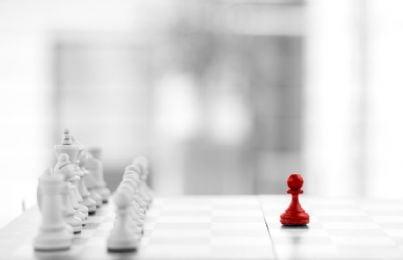 partita di scacchi con pedine rosse e bianche