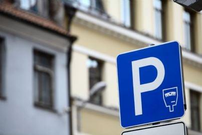 cartello che segnala area parcheggio a pagamento