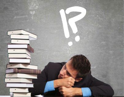 aspirante avvocato che deve studiare una pila di libri