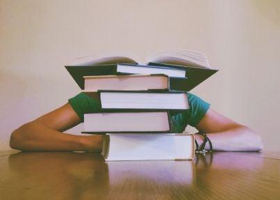 studente sommerso dai libri