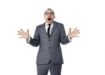 Uomo in giacca e cravatta che manifesta stupore