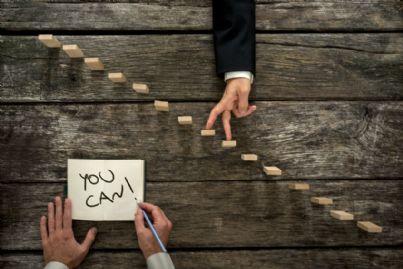 avvocati che muovono le mani su scala di successo