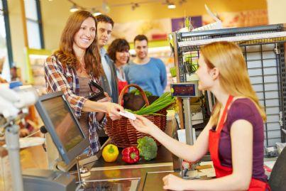 pagare alla cassa del supermercato