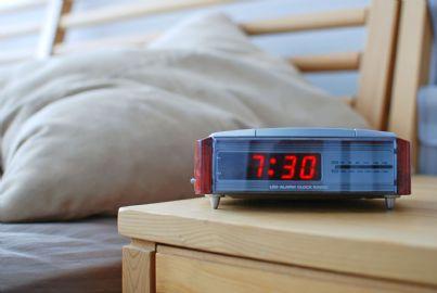 orologio sveglia che segna 730