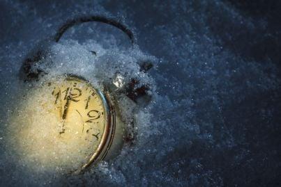 sveglia che segna il tempo nel ghiaccio