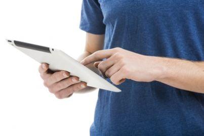 Ragazzo che sta usando un tablet