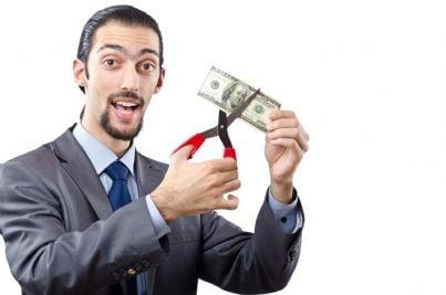 Uomo che taglia una banconota