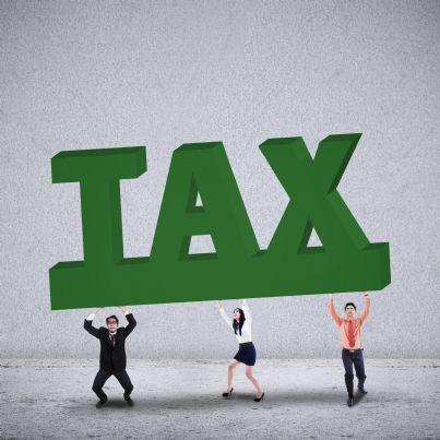 uomini e donna sostengono scritta tasse