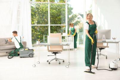 squadra di pulizie che sanifica ufficio