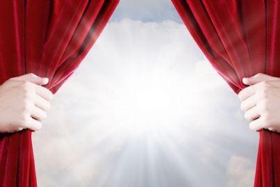 mani alzano il sipario a teatro
