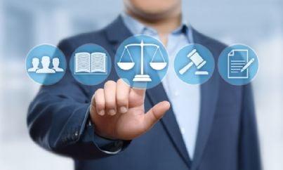 avvocato clicca su bilancia simbolo di giustizia su internet