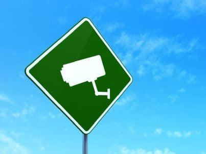 cartello stradale che segnala telecamera di controllo