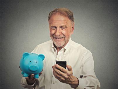 uomo contento per risparmio soldi su telefono