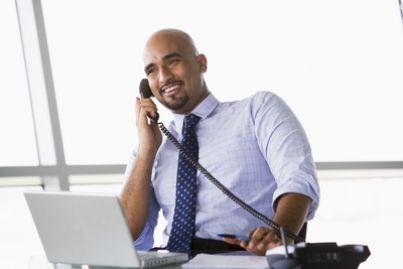 manager che telefona dall'ufficio