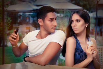 coppia che difende privacy del telefono