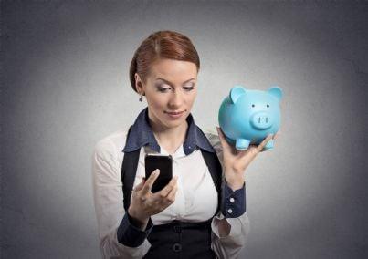 donna con in mano telefono e salvadanaio per pagare spese