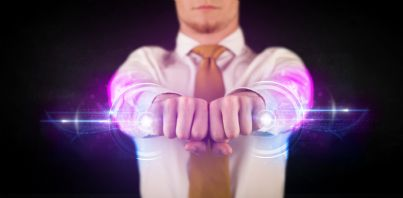 uomo che unisce le mani simbolo della rete telematica