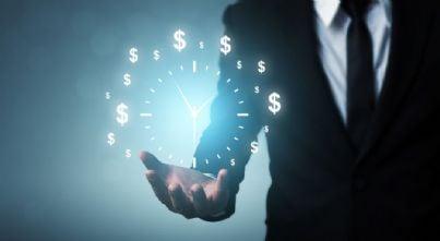 avvocato con mano che mostra tempo e denaro