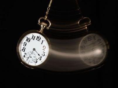 due orologi che segnano maggiore tempo