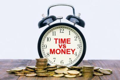 sveglia con parole tempo contro denaro concetto consulenze