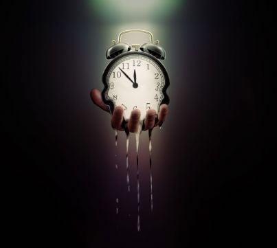 sveglia in mano che si scioglie concetto scadenza