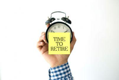 mano tiene sveglia che indica tempo di andare in pensione
