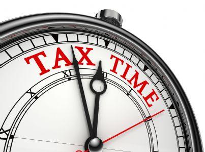 orologio che segna il tempo concetto di scadenza tasse da pagare