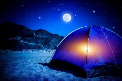 dormire sulla spiaggia in tenda