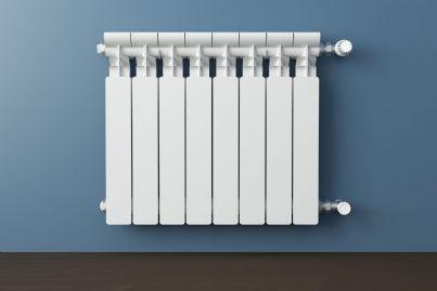 termosifone con termovalvola su parete blu