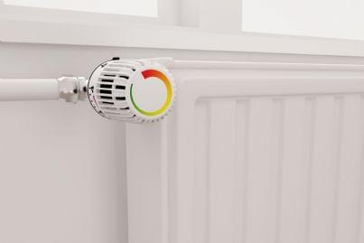 termosifone attaccato parete con termovalvola