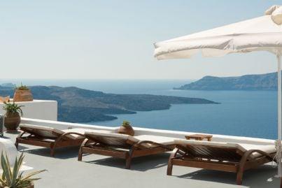 terrazzo di un palazzo con lettini da sole