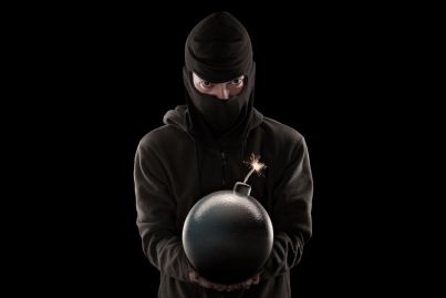 uomo porge bomba concetto attentato terroristico