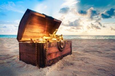 un forziere contenente un tesoro in una spiaggia