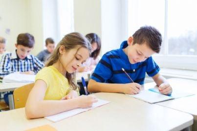 bambini a scuola che scrivono su quaderni