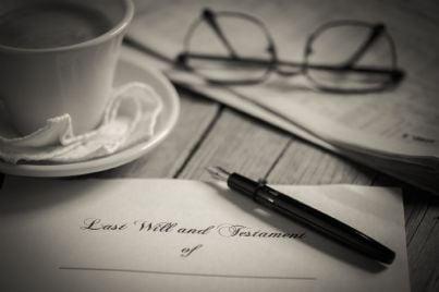 foglio e penna per fare testamento