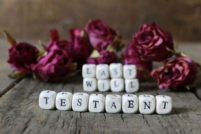 blocchi con sopra scritto parole testamento e ultime volonta