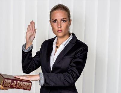 donna che fa giuramento da testimone
