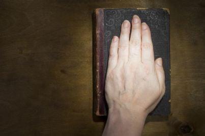 mano sulla bibbia concetto di testimone
