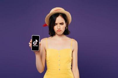 ragazza tiene telefono con tiktok